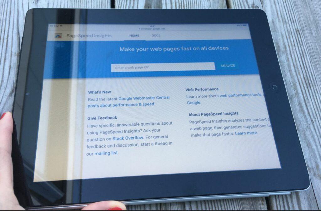 Bildet viser en iPad med Google PageSpeed Insights og test felt for å skrive inn din nettsideadresse og analysere raskheten på nettside presentert på nettsiden til OMACO